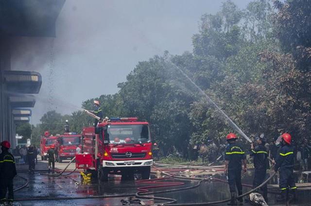 Nhà máy ở Dung Quất phát hỏa ngày ông Táo về trời - Ảnh 1.