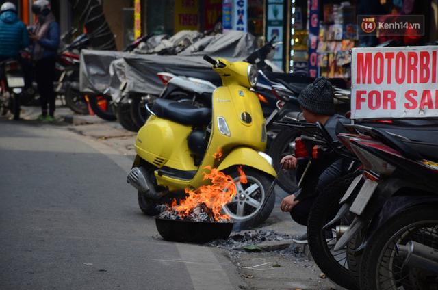 Giật mình thon thót với những cảnh đốt vàng mã ngay xe máy, trụ điện của người dân Thủ đô - Ảnh 11.