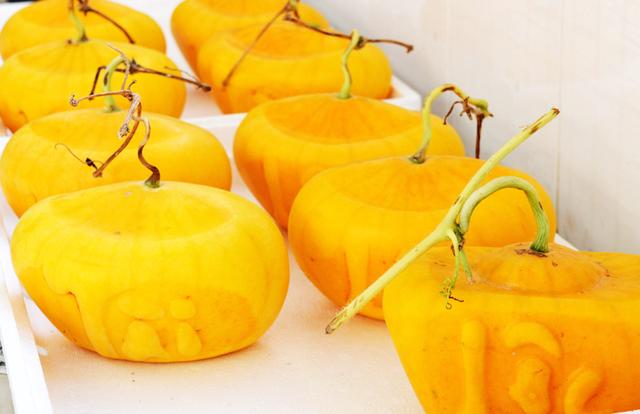 Tết Mậu Tuất: Nhiều loại trái cây độc, lạ thu hút người mua dù có giá tới cả triệu đồng - Ảnh 2.