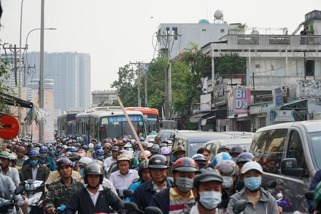 Người dân ùn ùn về quê ăn Tết, các tuyến đường Sài Gòn kẹt cứng - Ảnh 1.