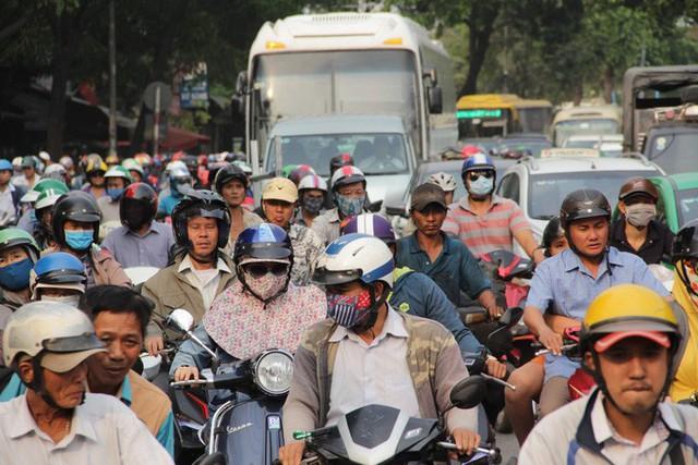 Người dân ùn ùn về quê ăn Tết, các tuyến đường Sài Gòn kẹt cứng - Ảnh 2.