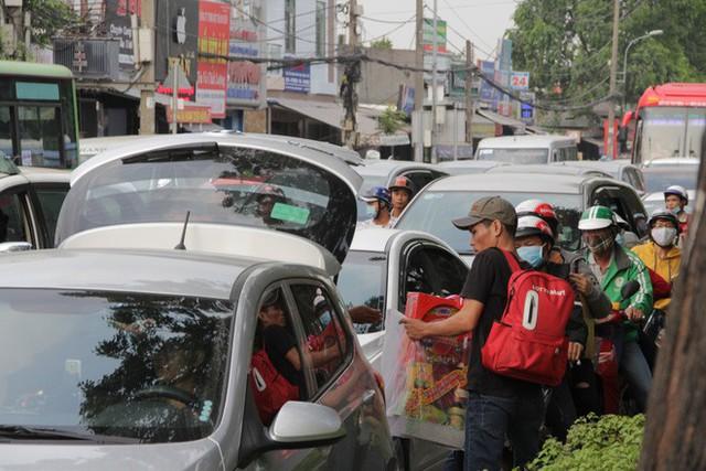 Người dân ùn ùn về quê ăn Tết, các tuyến đường Sài Gòn kẹt cứng - Ảnh 11.