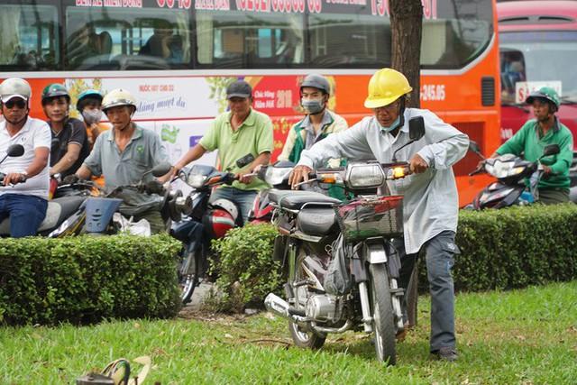Người dân ùn ùn về quê ăn Tết, các tuyến đường Sài Gòn kẹt cứng - Ảnh 13.
