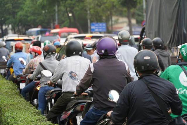 Người dân ùn ùn về quê ăn Tết, các tuyến đường Sài Gòn kẹt cứng - Ảnh 14.