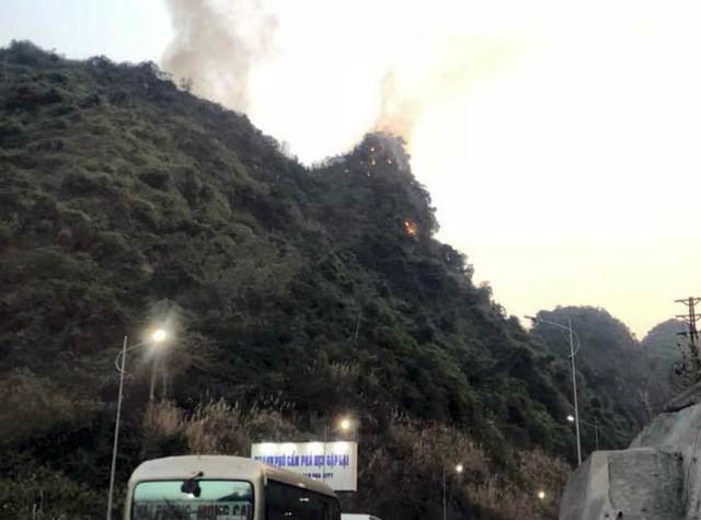 Ngày cúng ông Công, ông Táo, Quảng Ninh liên tiếp xảy ra 2 vụ cháy rừng lớn - Ảnh 3.