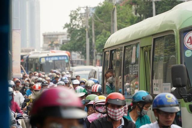 Người dân ùn ùn về quê ăn Tết, các tuyến đường Sài Gòn kẹt cứng - Ảnh 4.