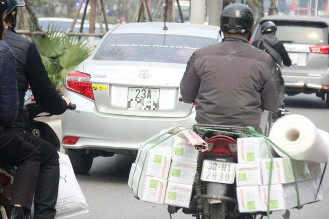 Xe ùn ùn đổ về Hà Nội ngày cận Tết - Ảnh 6.