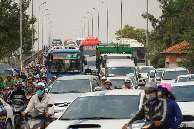 Người dân ùn ùn về quê ăn Tết, các tuyến đường Sài Gòn kẹt cứng - Ảnh 6.