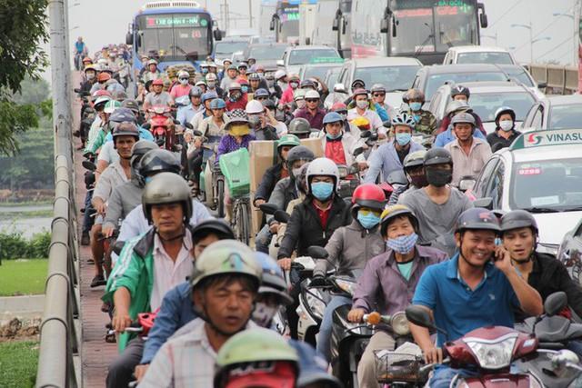 Người dân ùn ùn về quê ăn Tết, các tuyến đường Sài Gòn kẹt cứng - Ảnh 7.