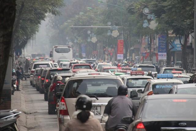 Xe ùn ùn đổ về Hà Nội ngày cận Tết - Ảnh 8.
