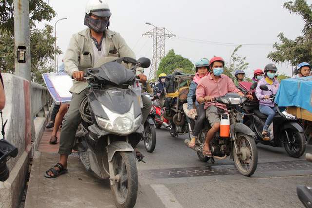 Người dân ùn ùn về quê ăn Tết, các tuyến đường Sài Gòn kẹt cứng - Ảnh 8.