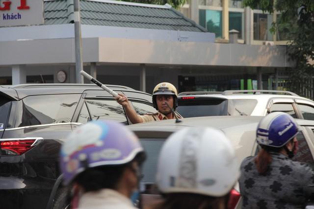 Người dân ùn ùn về quê ăn Tết, các tuyến đường Sài Gòn kẹt cứng - Ảnh 9.