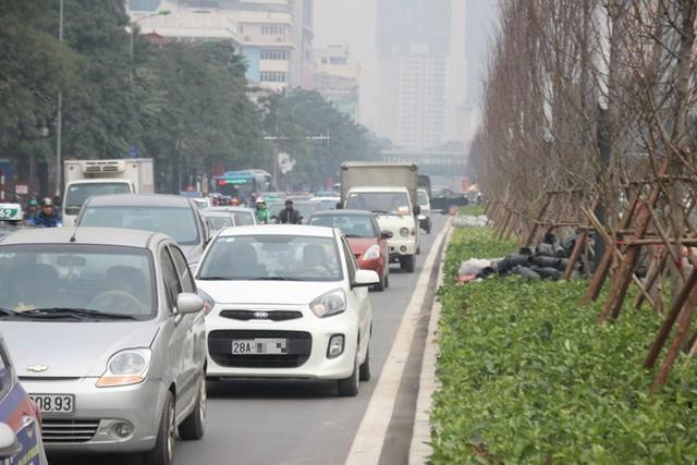 Xe ùn ùn đổ về Hà Nội ngày cận Tết - Ảnh 10.