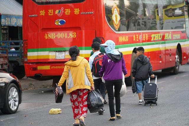 Người dân ùn ùn về quê ăn Tết, các tuyến đường Sài Gòn kẹt cứng - Ảnh 10.