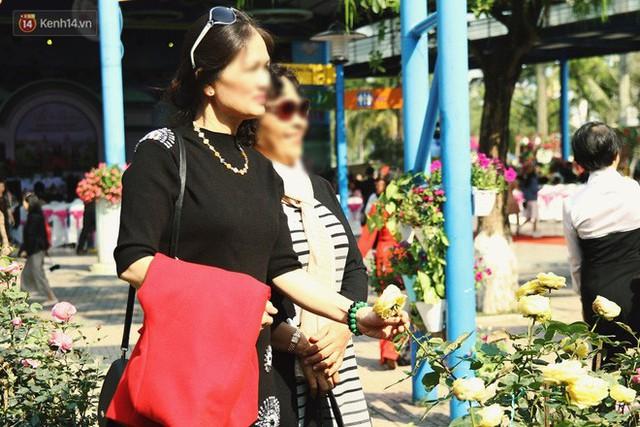 Hình ảnh xấu xí tại lễ hội hoa hồng Bulgaria: Người dân trèo rào, kéo hoa bất chấp để chụp ảnh - Ảnh 8.