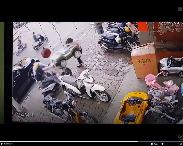 Clip: Em bé vặn ga khi đang dừng đỗ, cả chiếc xe lao thẳng vào người đi trên vỉa hè - Ảnh 1.