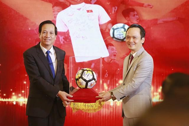 Thủ tướng trao 20 tỷ đấu giá bóng và áo của U23 Việt Nam - Ảnh 1.