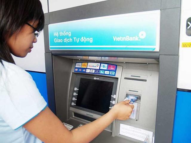 Hoa mắt với 'rừng' phí dịch vụ ngân hàng - Ảnh 1.