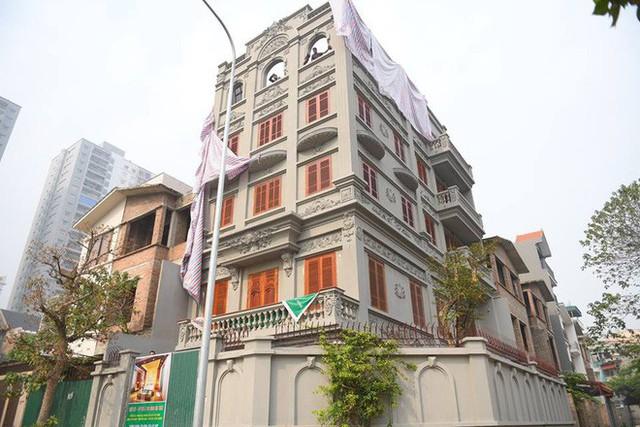 Clip: Đang phá dỡ phần sai phép biệt thự của cựu Cục trưởng Nguyễn Thanh Hóa - Ảnh 2.