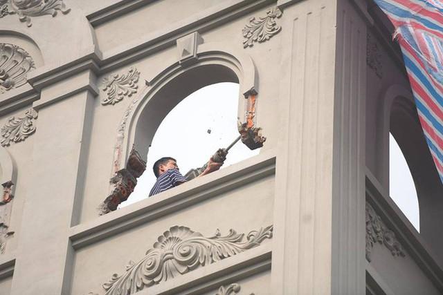 Clip: Đang phá dỡ phần sai phép biệt thự của cựu Cục trưởng Nguyễn Thanh Hóa - Ảnh 5.