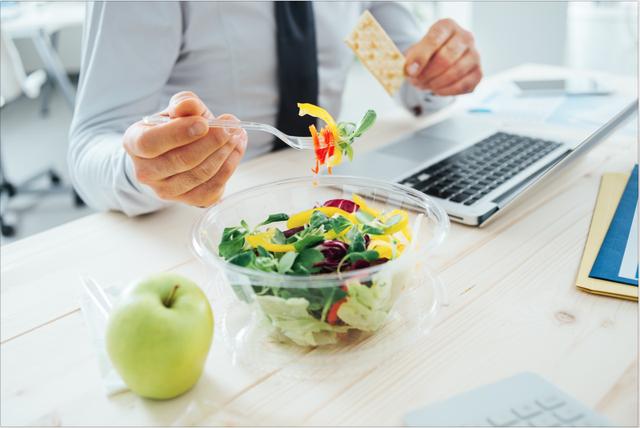 Thói quen ăn uống đang rút ngắn đường sống của nhiều người: Đừng vì tiết kiệm chút thời gian mà hại dạ dày, tổn thọ - Ảnh 2.