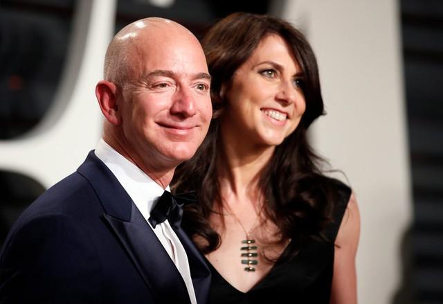 Gia nhập giới siêu giàu, Jeff Bezos chập chững trải nghiệm mối quan tâm hàng đầu của các tỷ phú theo cách khác biệt  - Ảnh 2.