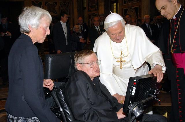 Cuộc đời phi thường qua ảnh của cố Giáo sư Stephen Hawking: Biểu tượng của lòng dũng cảm và là nguồn cảm hứng bất tận để bạn vượt qua mọi khó khăn - Ảnh 5.