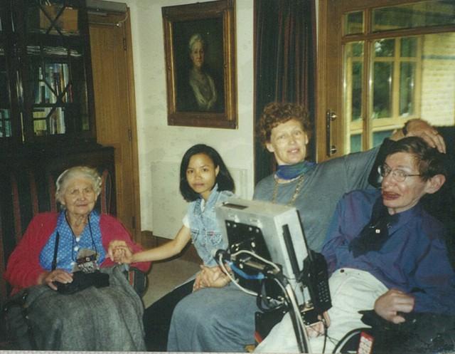 Chuyện ít biết về con gái nuôi người Việt của nhà bác học vĩ đại Stephen Hawking - Ảnh 2.