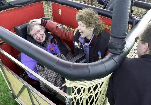 Nhìn lại cuộc đời kỳ diệu của Stephen Hawking, người ngồi xe lăn truyền cảm hứng cho cả thế giới - Ảnh 6.