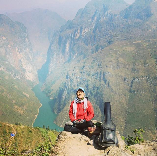 Chàng trai Phú Yên đi bộ xuyên Việt trong 113 ngày đêm chỉ với 100k và 1 cây đàn guitar - Ảnh 1.