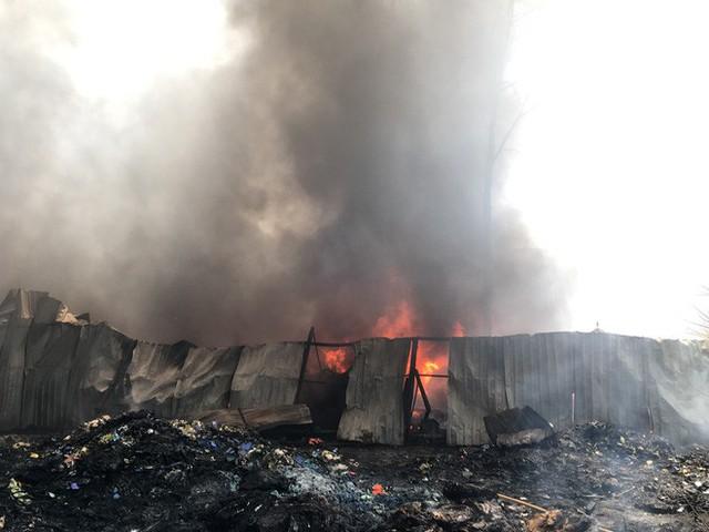 Kho phế liệu trong khu dân cư bốc cháy ngùn ngụt, hàng trăm học sinh di tản tránh nạn - Ảnh 2.