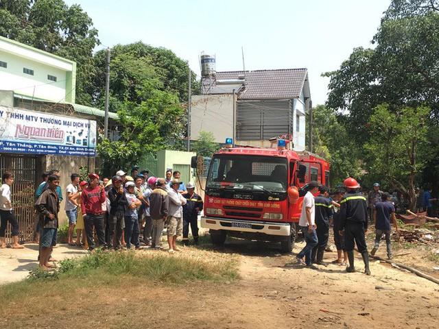 Kho phế liệu trong khu dân cư bốc cháy ngùn ngụt, hàng trăm học sinh di tản tránh nạn - Ảnh 4.