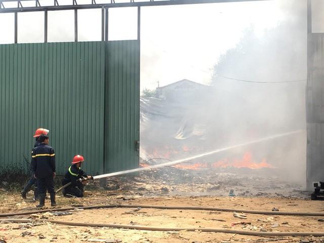Kho phế liệu trong khu dân cư bốc cháy ngùn ngụt, hàng trăm học sinh di tản tránh nạn - Ảnh 5.