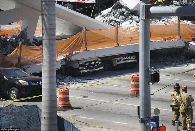 Hình ảnh đáng sợ tại hiện trường vụ sập cầu ở Mỹ khiến nhiều ô tô bị đè bẹp - Ảnh 11.