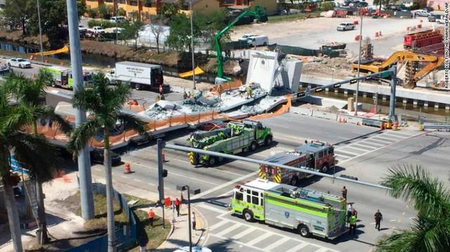 Hình ảnh đáng sợ tại hiện trường vụ sập cầu ở Mỹ khiến nhiều ô tô bị đè bẹp - Ảnh 3.