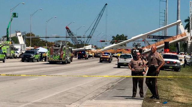 Hình ảnh đáng sợ tại hiện trường vụ sập cầu ở Mỹ khiến nhiều ô tô bị đè bẹp - Ảnh 5.