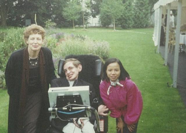 Gặp cô con gái nuôi người Việt của Stephen Hawking: Điều ngẫu nhiên tuyệt vời nhất trên đời là tôi được làm con của bố - Ảnh 2.