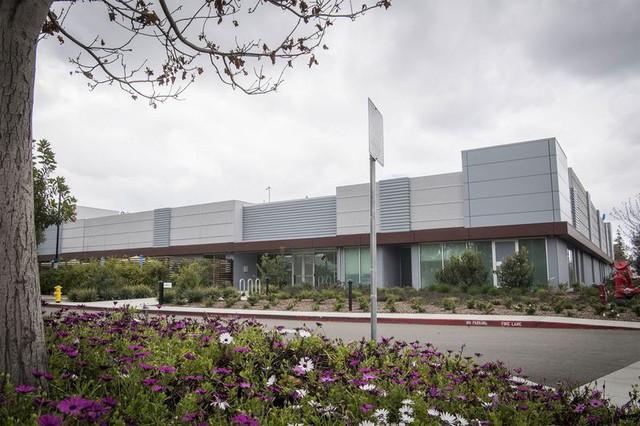 Apple âm thầm tự sản xuất màn hình iPhone lần đầu tiên trong lịch sử, cổ phiếu Samsung, Sharp sụt giảm mạnh - Ảnh 1.