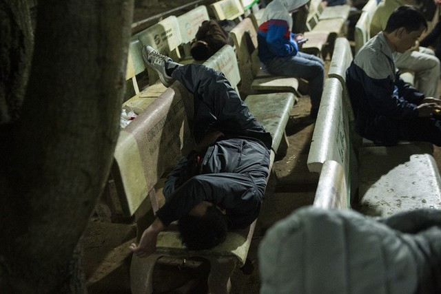 Cảnh người dân vật vờ trắng đêm chờ xin ấn đền Trần - Ảnh 1.