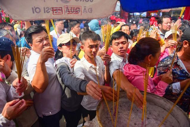 Chen lấn ngộp thở giữa trưa nắng để thắp hương, bốc tro cầu may tại chùa Bà - Ảnh 1.