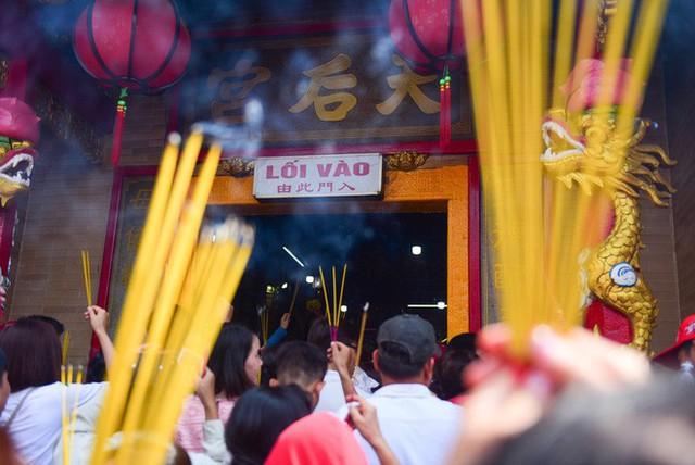 Chen lấn ngộp thở giữa trưa nắng để thắp hương, bốc tro cầu may tại chùa Bà - Ảnh 2.