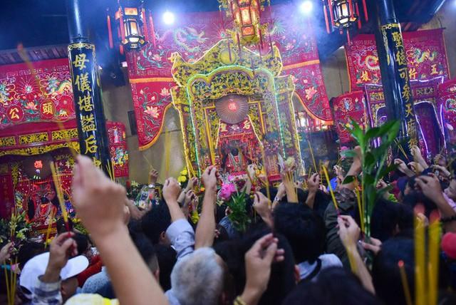 Chen lấn ngộp thở giữa trưa nắng để thắp hương, bốc tro cầu may tại chùa Bà - Ảnh 11.