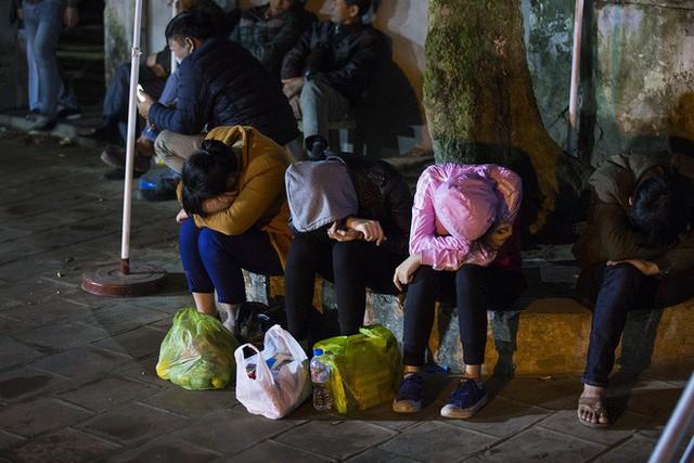 Cảnh người dân vật vờ trắng đêm chờ xin ấn đền Trần - Ảnh 12.