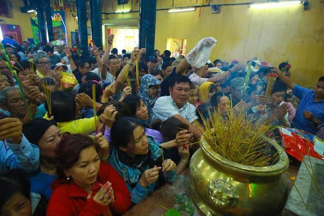 Chen lấn ngộp thở giữa trưa nắng để thắp hương, bốc tro cầu may tại chùa Bà - Ảnh 13.