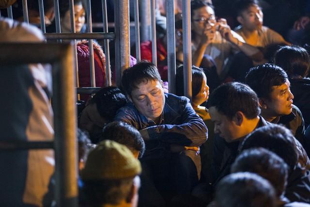 Cảnh người dân vật vờ trắng đêm chờ xin ấn đền Trần - Ảnh 14.