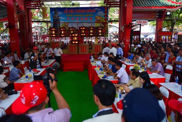 Chen lấn ngộp thở giữa trưa nắng để thắp hương, bốc tro cầu may tại chùa Bà - Ảnh 14.