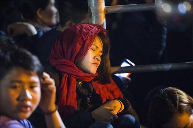 Cảnh người dân vật vờ trắng đêm chờ xin ấn đền Trần - Ảnh 15.