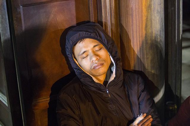 Cảnh người dân vật vờ trắng đêm chờ xin ấn đền Trần - Ảnh 16.