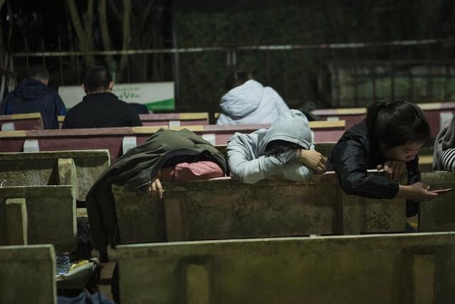 Cảnh người dân vật vờ trắng đêm chờ xin ấn đền Trần - Ảnh 3.