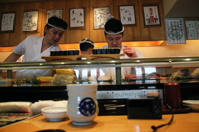 Blogger nổi tiếng Mark Wiens chia sẻ hành trình khám phá quán sushi cực ngon ở Tokyo - Ảnh 3.